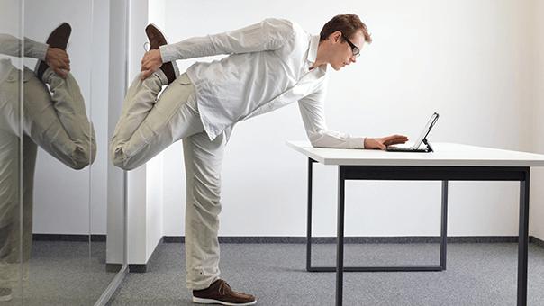 Einfache Übungen können Schreibtischarbeiter auch unkompliziert in den Büroalltag einbauen.